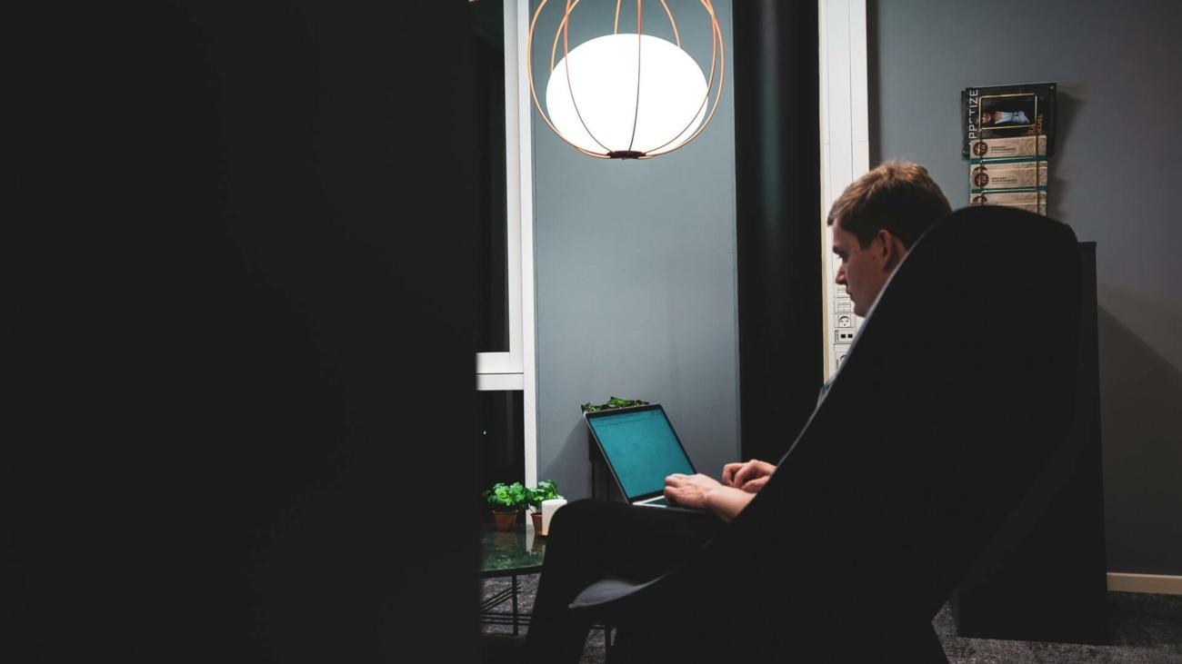 Mand sidder i stol og laver google ads
