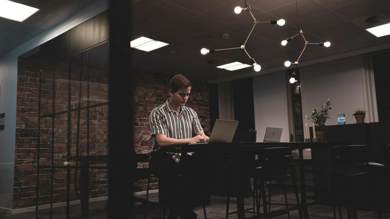 Emil sidder og arbejder med SEO på sin computer