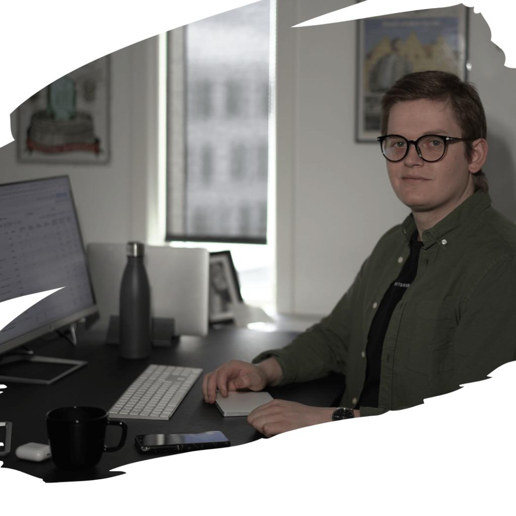 Mand der arbejder med Facebook