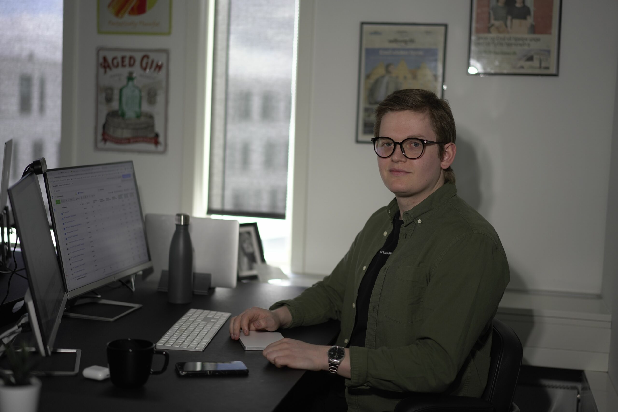 Emil sidder med sin computer og laver Facebook ads